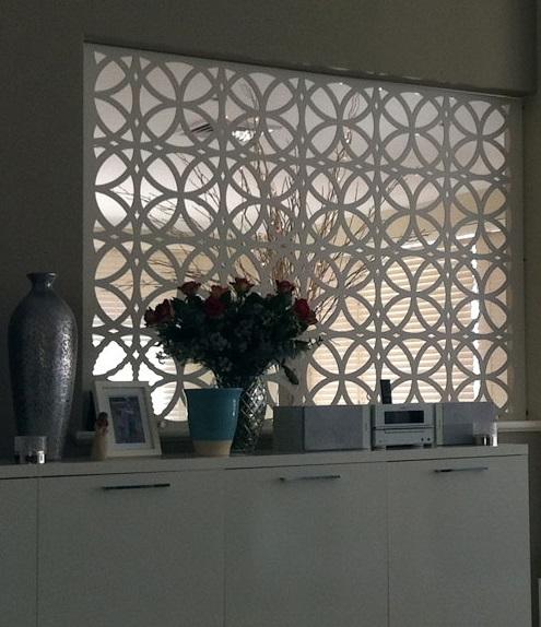 Ambient interior decorativ, panou traforat de culoare alb