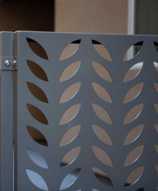 panouri traforate poarta forme frunze decupate in tabla aluminiu vopsit