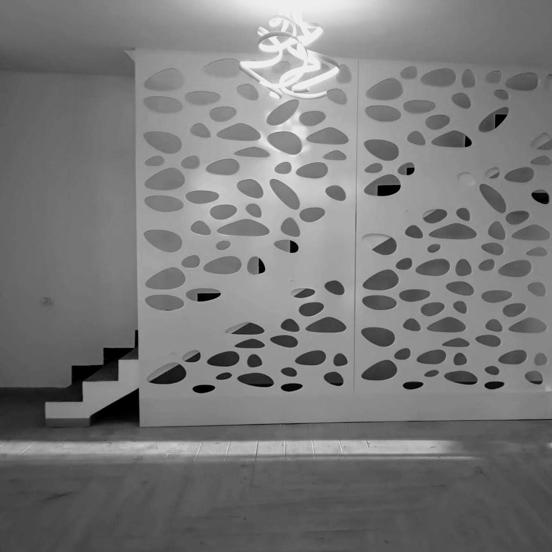 panouri mdf albe care acopera ca un perete scara interioara