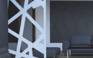 receptie office amenajata modern cu panouri traforate din mdf vopsit