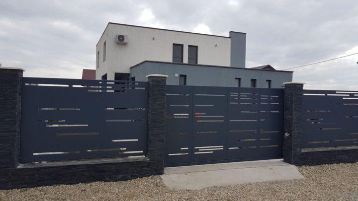 gard casa berceni cu poarta autoportanta din panouri metalice traforate