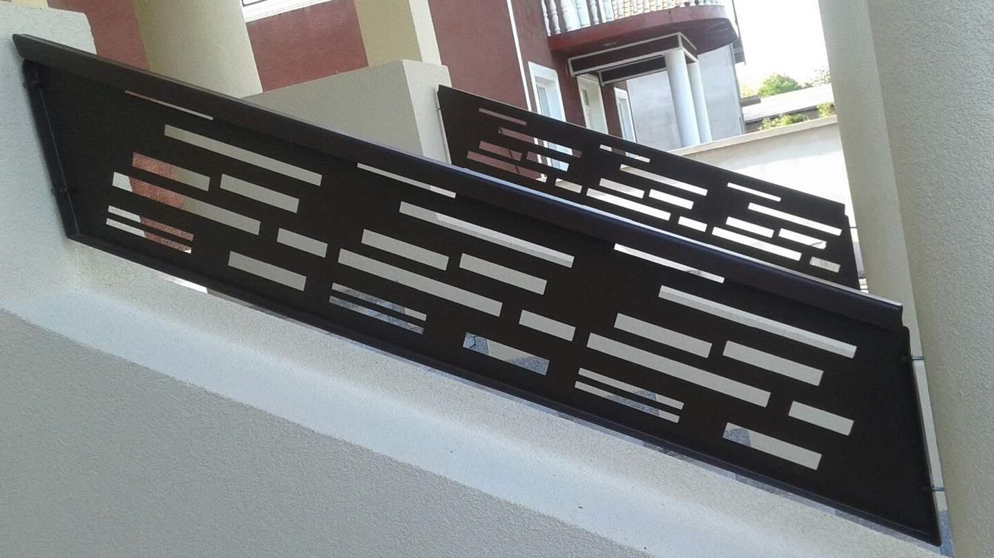 balustrada scara exterioara cu mana curenta fixata intre stalpi beton