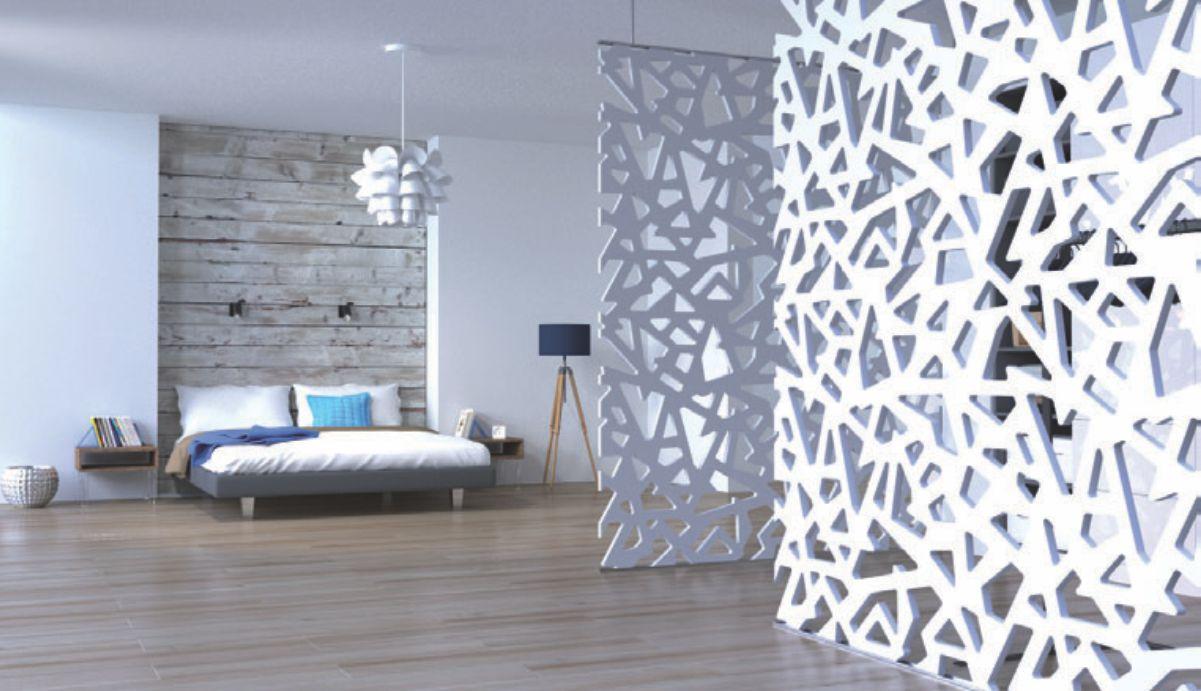 dormitor cu separeu si paravan despartitor vopsite alb