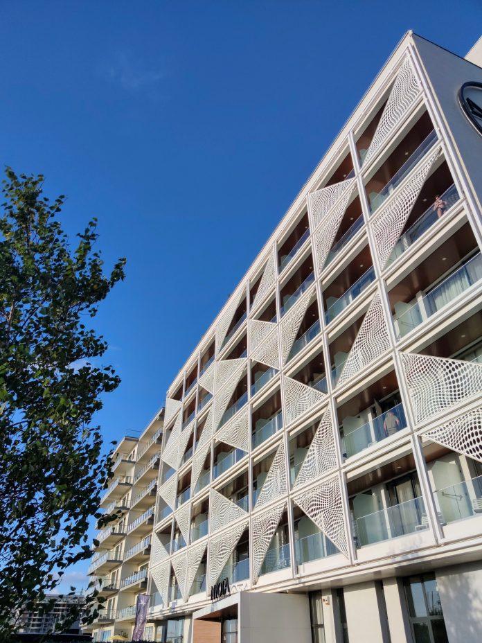 balcoane cu balustrade si paravane la hotel Mamaia