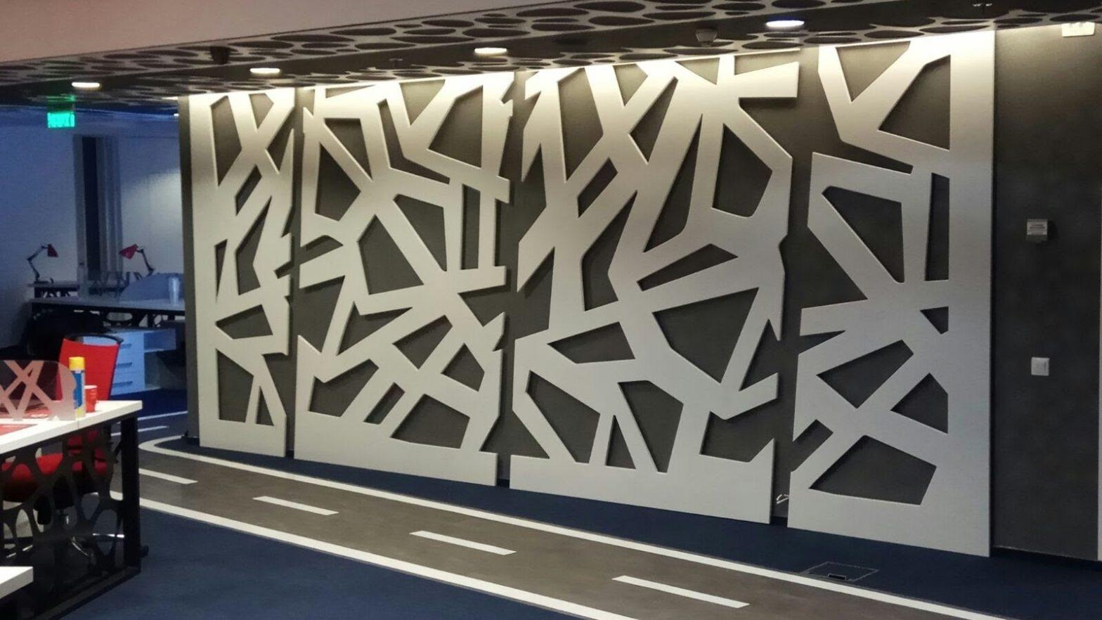 perete open space birouri placat cu panouri mdf iluminate cu led