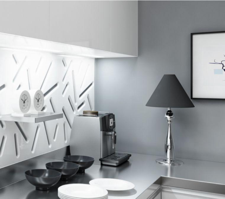 panou decorativ traforat vopsit alb montat pe perete deasupra unui bufet de bucatarie