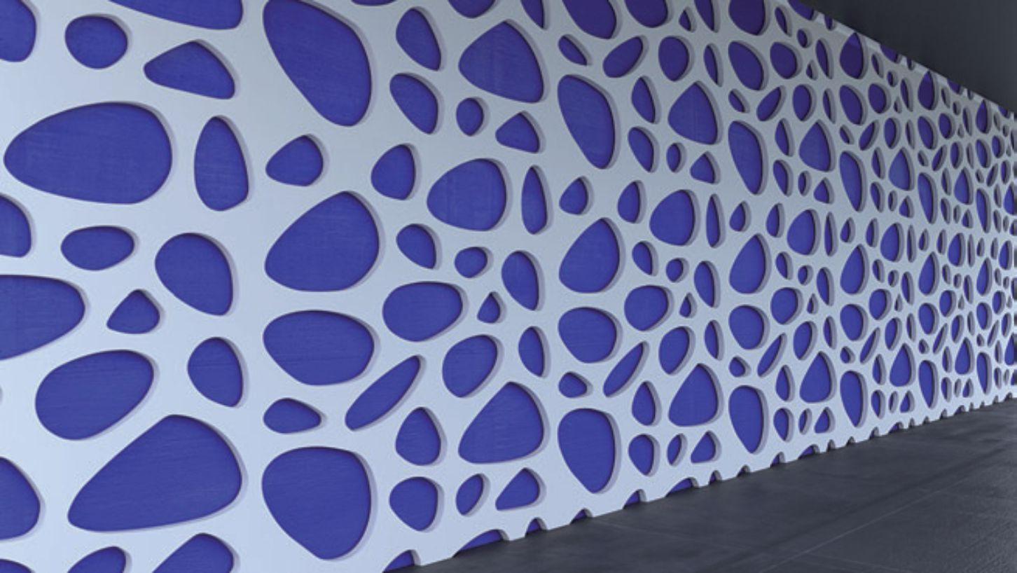 perete placat volumetric cu panouri traforate vopsite alb