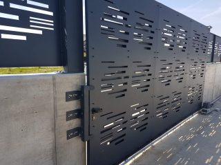 poarta metalica decorativa prevazuta cu sistem culisant automatizat vopsita electrostatic gri antracit