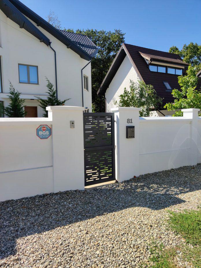 poarta din aluminiu vopsit electrostatic la intrarea pietonala a casei