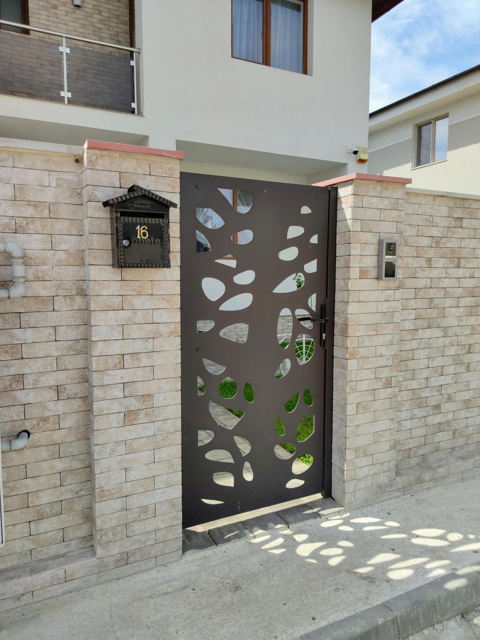 Gard placat cu piatra decerativa si poarta pietonala traforata