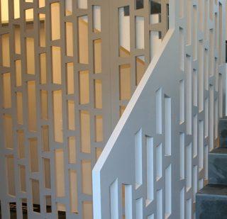 panouri lemn decupat formeaza balustrada de protectie pentru scara interioara cu sprijin la teral pe rampa, paravan protectie cu sprijin pe podea sau plafon