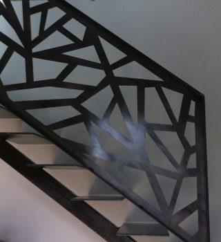 decupaje taiate cu plasma la o scara metalica cu balustrada din otel