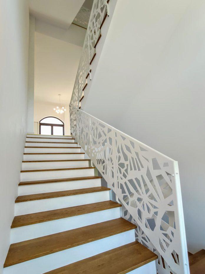 scara interioara cu trepte lemn si balustrada metalica alba