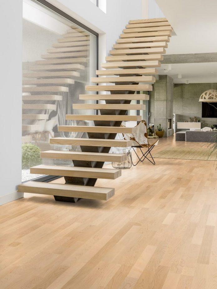 scara interioara cu trepte plutitoare si pardoseala placata cu lemn masiv