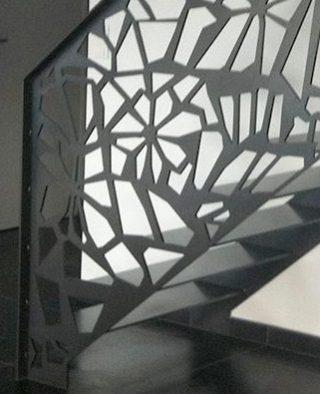 otel decupat vopsit negru la o balustrada de scara interioara