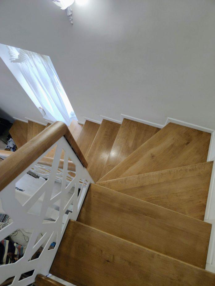 scara interioara cu trepte lemn masiv si balustrada metalica cu mana curenta